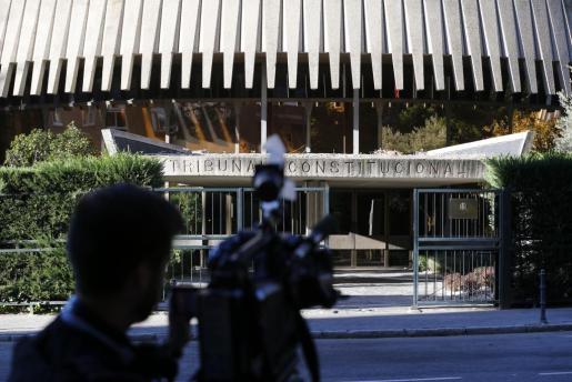 Un cámara toma imágenes de la fachada del Tribunal Constitucional donde se ha reunido esta tarde el pleno y ha admitido a trámite la impugnación del Gobierno contra la resolución independentista del Parlament catalán.