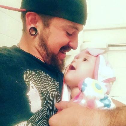 Padre e hija en la imagen difundida en las redes.