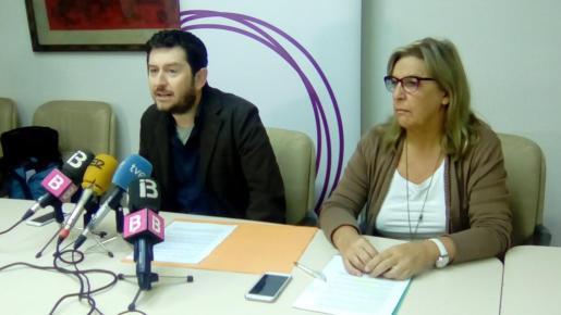 Alberto Jarabo, secretario general de Podemos, i Brígida Mora, responsable  de Sanitat del partido, durante la rueda de prensa.