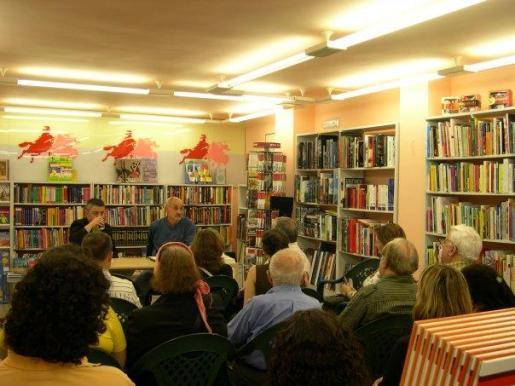 Imagen del interior de la libreria durante la presentación de un libro.