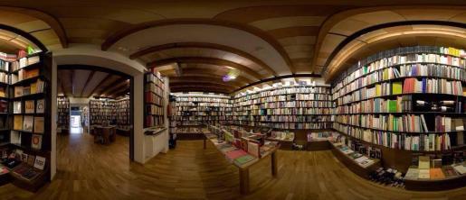 Imagen panoránica del interior de La Biblioteca de Babel.