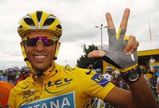 Alberto contador tras ganar su tercer Tour de Francia.