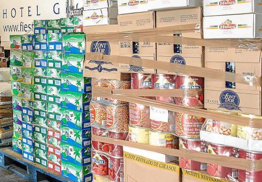 Varios palés de alimentos donados por una cadena hotelera a una ONG.