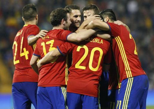 Los jugadores de la selección española celebran el segundo gol del combinado español, durante el encuentro amistoso que han disputado frente a Inglaterra en el estadio José Rico Pérez de Alicante. EFE / Morell
