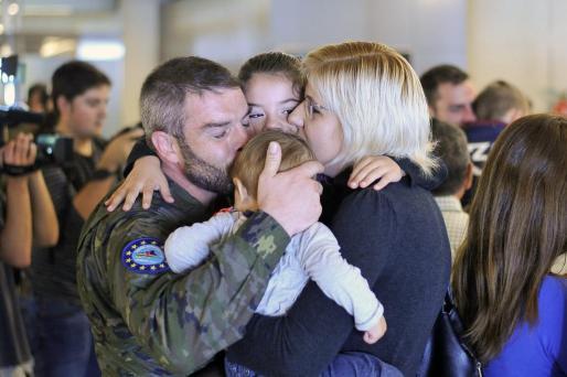 Uno de los militares del regimiento Palma 47, con sus familiares.