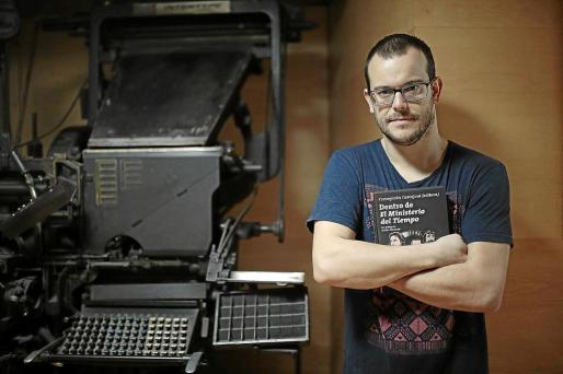 Jorge Pérez, posando con el libro 'Dentro del Ministerio del Tiempo', en Palma.