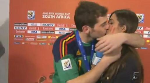 Iker Casillas no pudo contener la emoción y besó a su novia Sara Carbonero en medio de una entrevista.