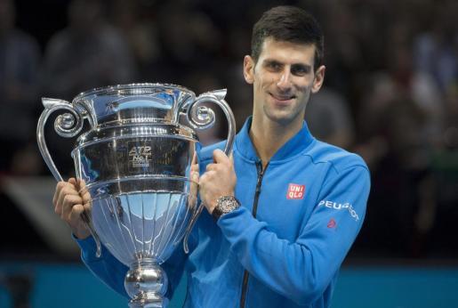 El serbio Novak Djokovic recibe el trofeo como número 1 de la ATP.