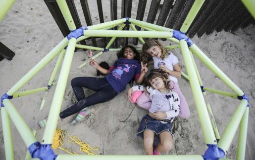 Los niños jugaron descalzos en las diferentes áreas de juegos habilitadas en la playa mientras sus padres comían y escuchaban música. Foto: ARGUIÑE ESCANDÓN