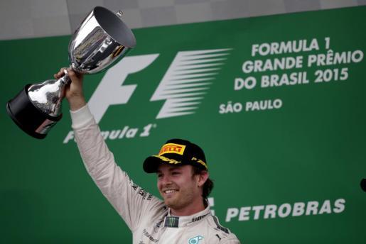 El piloto alemán Nico Rosberg celebra en el podio.