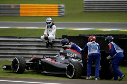 El piloto español Fernando Alonso deja un entrenamiento libre del Gran Premio de Formula Uno de Brasil por averías.
