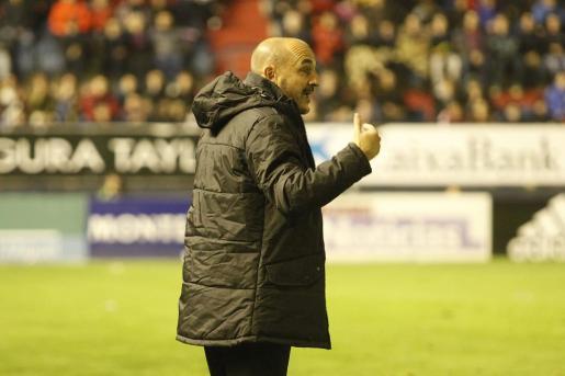 Albert Ferrer, dando instrucciones durante el partido.