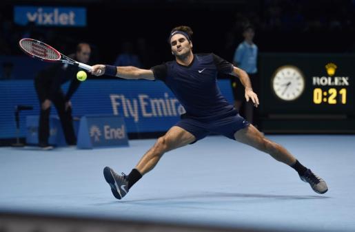 El suizo Roger Federer devuelve una pelota durante el partido.