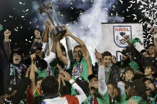 El jugador del Cosmos Raúl González (c) celebra con sus compañeros la victoria al final del partido.