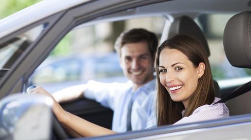 Una pareja conduciendo.
