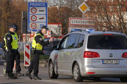 La policía francesa realizar un control en la frontera franco-alemana en Estrasburgo, Francia, para comprobar los vehículos y verificar la identidad de los viajeros.