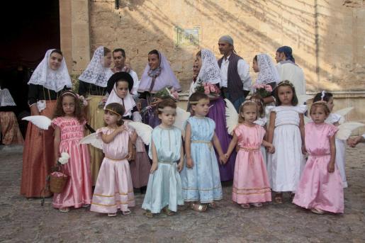 Las niñas son las protagonistas de las fiestas patronales.