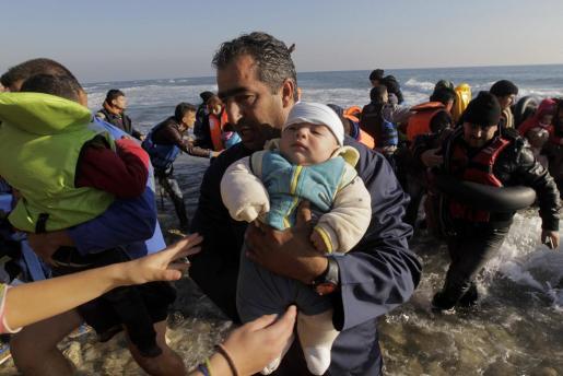 Los refugiados de países como Siria, Irak o Afganistan siguen llegando cada día a las fronteras europeas, como en esta imagen de la isla griega de Lesbos.