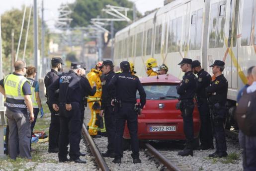 Imagen del vehículo que fue arrollado por el tren en el paso a nivel de Verge de Lluc.