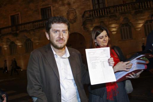 El secretario general de Podemos en Baleares, Alberto Jarabo, junto a la abogada Aina Díaz frente a la sede del TSJB.