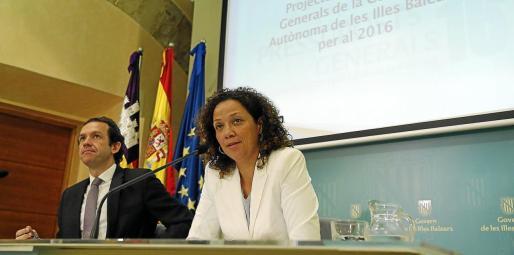El conseller de Presidència, Marc Pons, con la responsable de Hisenda, Catalina Cladera, en una imagen de archivo.