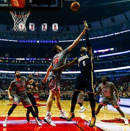 El jugador de Pacers C.J. Miles lanza hacia la cesta ante la marca de Pau Gasol, de Bulls durante un partido por la NBA en el United Center de Chicago.