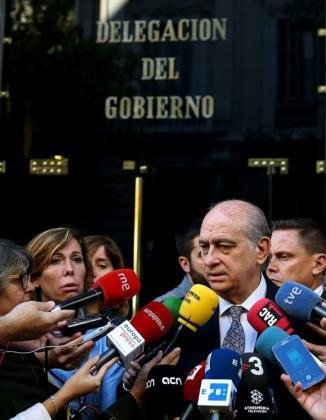 El ministro del Interior, Jorge Fernández Díaz, atiende a los medios este lunes tras guardar un minuto de silencio en memoria de las víctimas de los atentados del viernes en París, ante la Delegación del Gobierno en Cataluña.