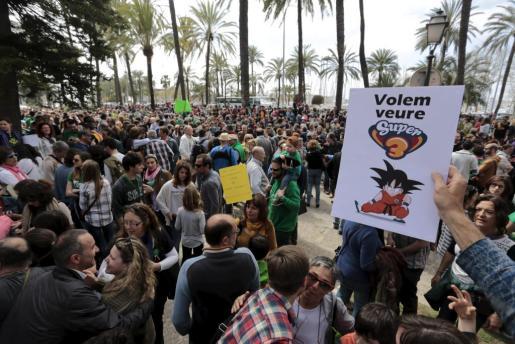 Concentración ante el Consolat de Mar contra el fin de las emisiones de TV3 en Balears.