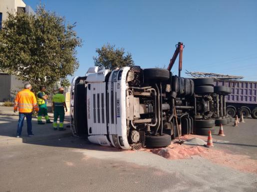 Aspecto que presentaba el camión, tras haber volcado a la entrada del polígono de Ses Veles.