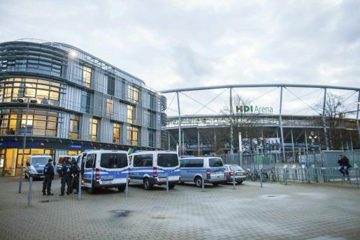 Varios vehículos de policía permanecen en el exterior del estadio de fútbol HGI-Arena en Hannover (Alemania), este martes 17 de noviembre de 2015.