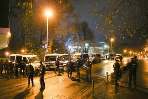 La Policía alemana acordona las inmediaciones del estadio IDH Arena en Hannover.