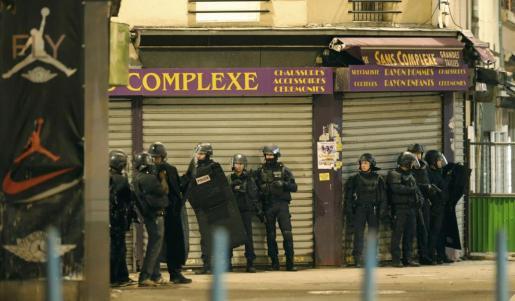 Policías franceses, durante la operación en Sant Denis.