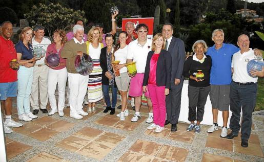 Los ganadores del torneo de golf posan junto a los organizadores y patrocinadores. Fotos: Julián Aguirre
