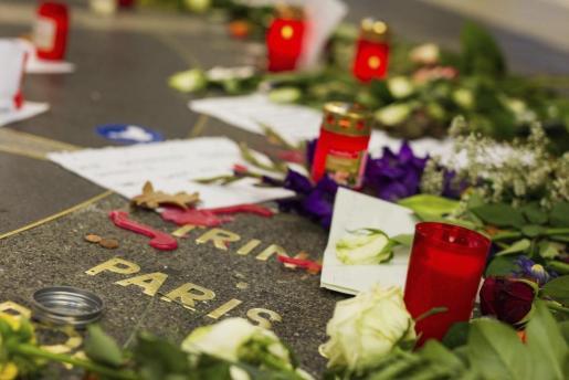 Flores, mensajes y velas dejados en una zona peatonal del centro de Hannover (Alemania) en memoria de las víctimas de los atentados de París del pasado 13 de noviembre.