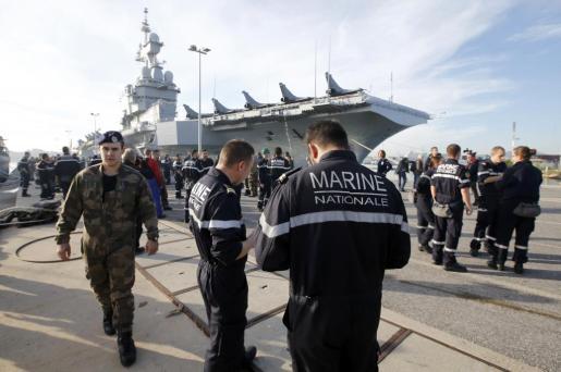 Miembros de la armada francesa cerca del portaviones nuclear Charles de Gaulle en la base de Toulon.