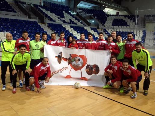 El equipo del Palma Futsal ha posado junto a la madre y el pequeño en Son Moix.