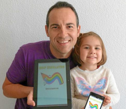 Carlos Gómez San Jerónimo junto a su hija Alba y la aplicación del colegio Cervantes.
