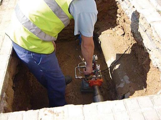 Un operario de Emaya instala nuevas tuberías en el barrio de Son Espanyolet.