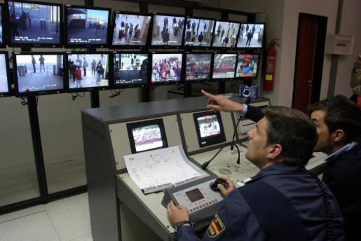 Imagen de la sala de control del centro de seguridad del estadio de Son Moix durante un día de partido.