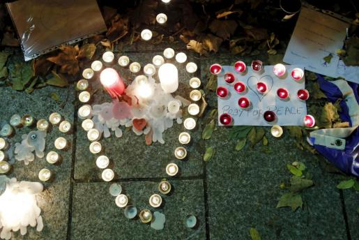 Velas encendidas en homenaje a las víctimas cerca de la sala Bataclan.