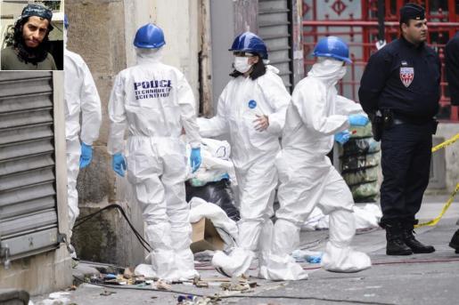 Dos imágenes superpuestas. Arriba, el cerebro de los atentados Abdel Hamid Abaaoud. Y la otra fotografía de la policía forense, recogiendo pruebas en el apartamento de Saint Denis.