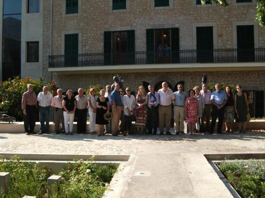 Los miembros de la Societat Arqueològica Lul.liana posaron en los jardines de Can Prunera.