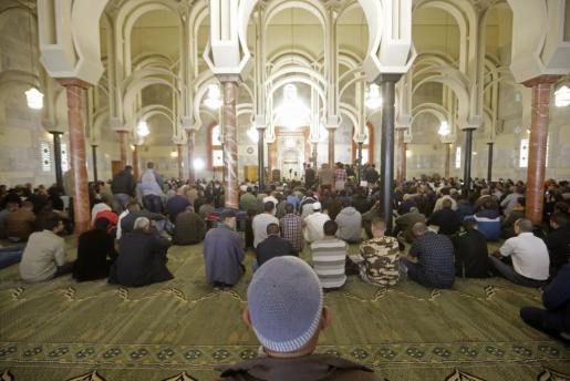 Alrededor de 1.500 personas rezan en Centro Cultural Islámico de Madrid (conocido como mezquita de la M-30), donde el imán Hussam Khoja ha pronunciado un sermón (jutda) en el que ha condenado el asesinato de inocentes civiles.