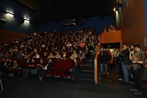 Numeroso público acudió para ver el estreno de 'I am your father'.