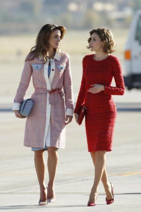 La reina Letizia junto a la reina Rania (i), a la llegada de los reyes jordanos al aeropuerto de Barajas.