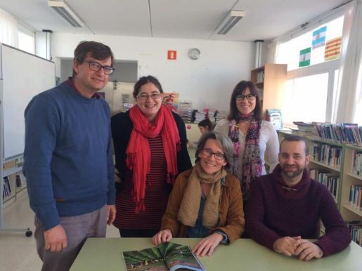 Marian Suárez, en el centro, junto al resto del equipo lectivo que gestiona el perfil de Facebook de la biblioteca del IES Sant Agustí.