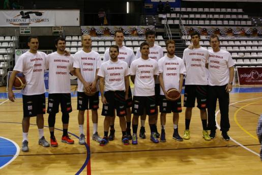 La plantilla del Palma Air Europa lució camisetas de apoyo a Khalid Mutakabbir, lesionado de gravedad la semana pasada.