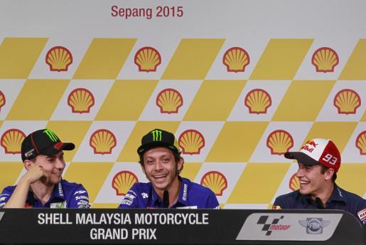 El piloto español de MotoGP Jorge Lorenzo, de Movistar Yamaha, su compañero, el italiano Valentino Rossi, y el español Marc Márquez, de Repsol Honda, durante una rueda de prensa en el circuito de Sepang, Malasia.