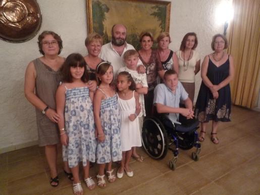 Inma Cuenca, Antonia Llabrés, Sebastián Roig, Queta Alzamora, Marisa Sabater, Inmaculada Vara, Aurelia Garcias y Sergi Roig con los niños rusos recién llegados.