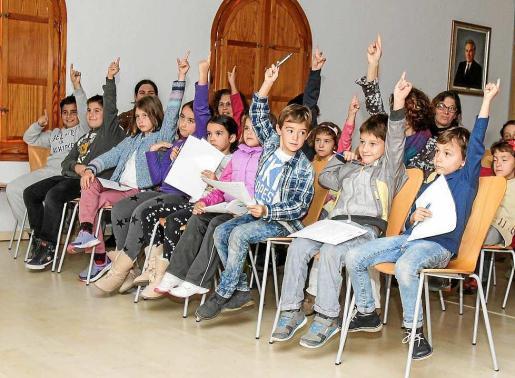 Los niños y niñas que asistieron a la obra de teatro no dudaron en implicarse y participar en el espectáculo. Foto: TONI ESCOBAR